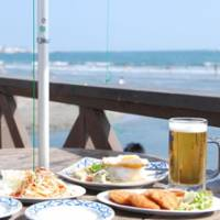 The riverside terrace of Beach Lounge Yuigahama offers excellent views of the surf and tasty food including tod man kung shrimp patties, spring rolls and green curry to go with ice-cold beer.