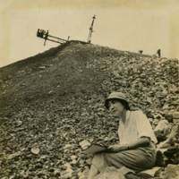 Field studies: Taeko Tomiyama sketches on a spoil heap at a coalmine in the Kyushu city of Chikuho, Fukuoka Prefecture, in the mid-1950s. Her visit there and to other mines around Japan moved her to produce a series of writings and stark images depicting the harsh conditions that workers in the mining industry were made to endure. Those experiences were also a turning point in her life, as she afterward fixed her creative focus firmly on social issues. | TAEKO TOMIYAMA PHOTO