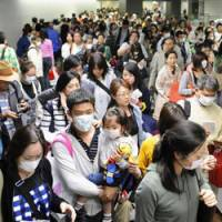 Jet lag: A normal Narita airport crush, seen after Golden Week in 2009. | KYODO PHOTO