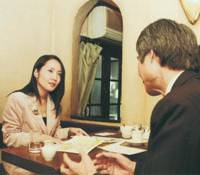 Home beat: As a specialist on U.S. political and social issues, Mika Tsutsumi is often interviewed about those topics by Japanese media. Here, however, she is interviewing a source of her own in Tokyo in 2004.   MIKA TSUTSUMI PHOTO