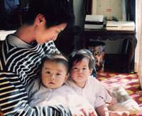 Home sweet home: Renho at home in Meguro Ward, Tokyo, with her twins — daughter Suiran and son Rin — shortly after they were born in April 1997. | COURTESY OF RENHO
