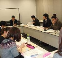 Grad school: Students in an evening business class at a branch of Wakayama University in Osaka. Such satellite campuses, and classes held in the evenings and on weekends, make graduate studies more accessible for older people, many in full-time work. | CHIHARU KAMIYA PHOTO