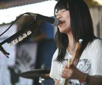 Don't mess with Texas: Chatmonchy's Eriko Hashimoto sings at the Japan Preview Show. The band was declared a hot ticket by influential music magazine Spin. | HIROSHI MAEDA PHOTO