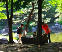Park life: Visitors to Sarue Onshi Park settle down for a picnic. | KIT NAGAMURA PHOTOS