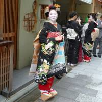 Maiko Ko-ume in her finery for her coming-out ceremony at age 16. | LESLEY DOWNER PHOTO