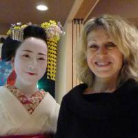 Your reporter with maiko Mame-chan in Kaji-sho. | LESLEY DOWNER PHOTO