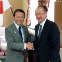 United on Africa: World Bank President Jim Yong Kim and Finance Minister Taro Aso meet Monday in Tokyo. | KYODO