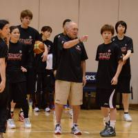Ideal mentor: Herb Brown, currently the adviser coach for the Japan women's national team, brings a wealth of basketball knowledge from more than 50 years as a coach. | ©JAPAN BASKETBALL ASSOCIATION