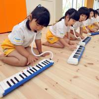 As part of the music lessons at Byobugaura Harukaze, children learn the melodica.