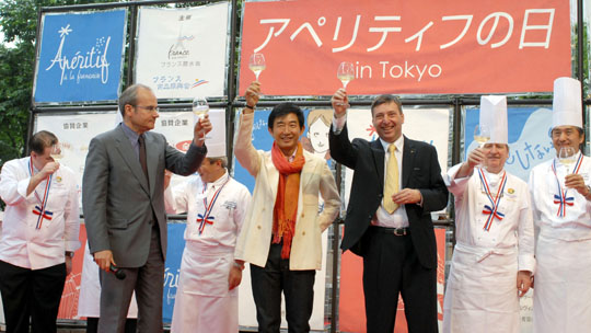 A lot of bottle: Junichi Ishida (center) shills for Aperitif Day as a 'goodwill ambassador' with Christophe Penot, deputy head of mission to the French Embassy in Japan, and Jean-Charles Crouin of French government wine promoter Sopexa Japon at Roppongi Hills in Tokyo in June.   YOSHIAKI MIURA PHOTO