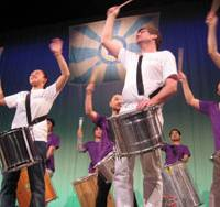 Drums: Participants in the group mono CLOCO & bambista beat out the rhythm.