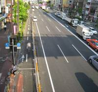 Changing lanes: One of the four eastbound lanes on National Route 14, near Kameido Station in Tokyo's east, has been given over to bikes, but not everyone is happy with the change. | EDAN CORKILL PHOTO