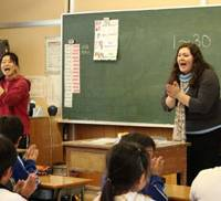 If you want to save JET, clap your hands: A Japanese teacher and her JET assistant teach an English class at Doho Elementary School in Tahara, Aichi Prefecture, in 2006. | COURTESY OF DEPARTMENT OF JET PROGRAMME MANAGEMENT, CLAIR