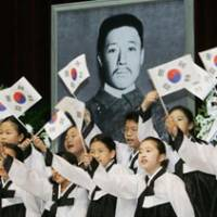 Martyr's day: Children in Seoul at a memorial service in 2005 for Ahn Jung Geun, who opposed Japan's rule in Korea and in 1909 assassinated former Japanese Prime Minister Hirobumi Ito soon after he stood down as Resident General of Korea. | KYODO PHOTO