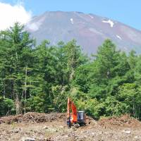 Fuji meet wrestles with issues common to commons worldwide