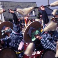Drummers urge on rice-maidens in their synchronized performance.   ANGELES MARIN PHOTO