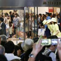 End of an era: Matsuzakaya department store officials in Ginza bid farewell to customers Sunday after the venerable store, which opened in 1924, closed to undergo a four-year modernization. | KYODO