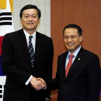 Looking for reset: Vice Foreign Minister Akitaka Saiki (left) and his South Korean counterpart, Kim Kyou-hyun, strike an amicable pose Thursday ahead of their fence-mending talks in Seoul. | KYODO