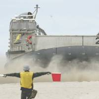 Beach-storming drill in U.S. hones SDF amphibious edge