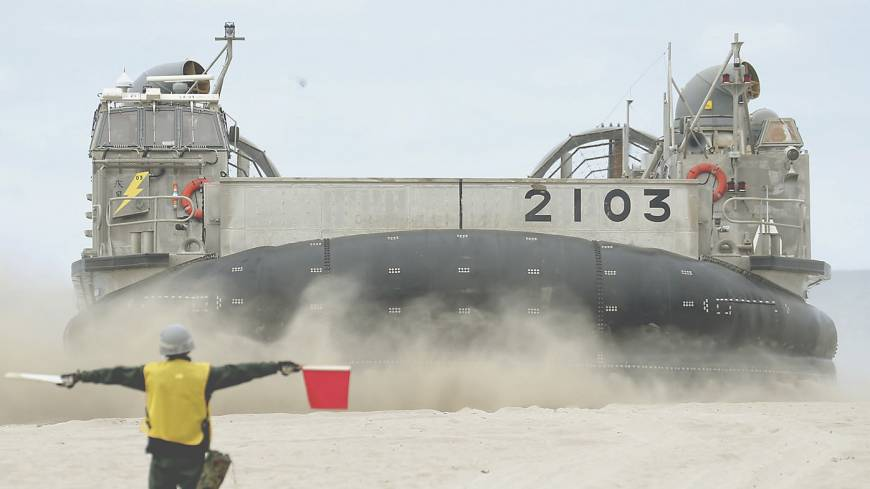 Dry run: A Maritime Self-Defense Force hovercraft lands on a California beach during a joint drill between the Self-Defense Forces and the U.S. Marines on June 24. | KYODO