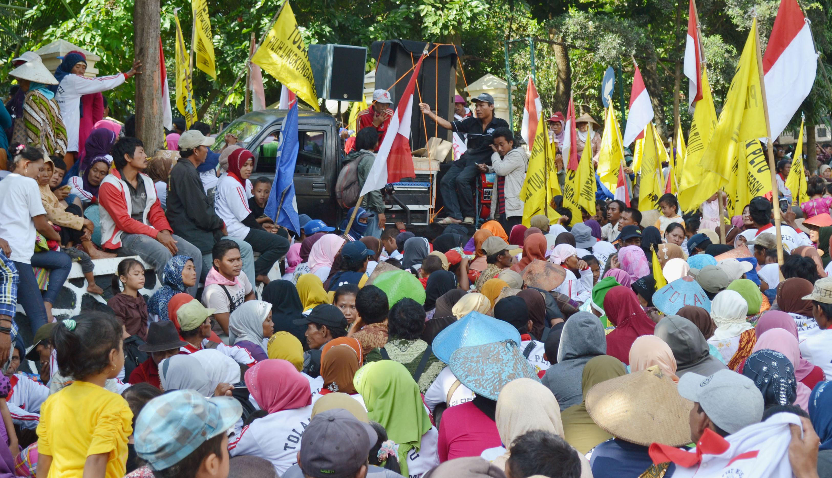 Coalesced: Indonesian protesters in Semarang, the capital of Central Java, rally against a Japanese project to build a large coal power plant in the province. | KYODO