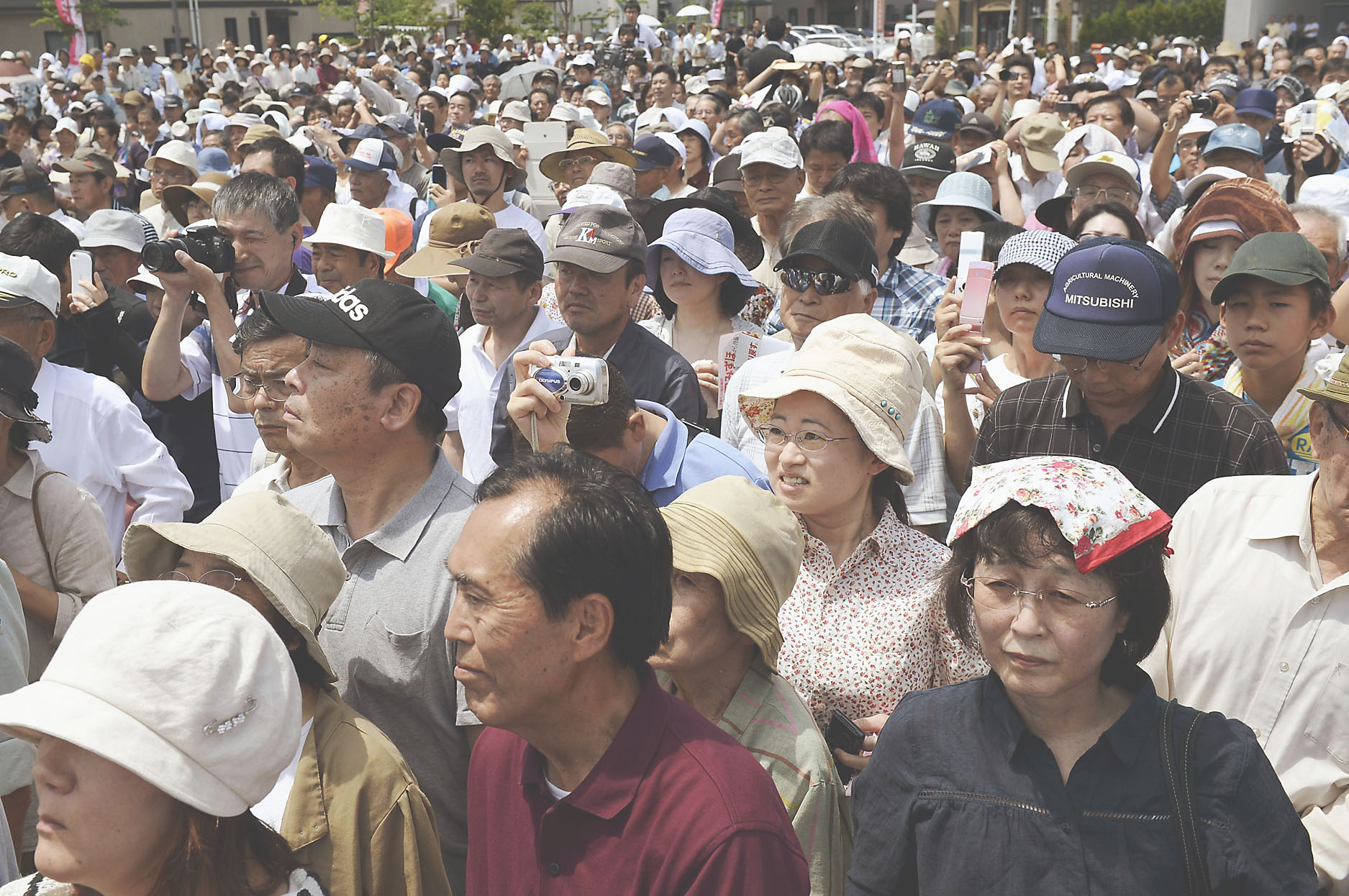 Last impressions: A crowd listens to a stump speech by an Upper House candidate in Yamagata Prefecture on Saturday.   KYODO