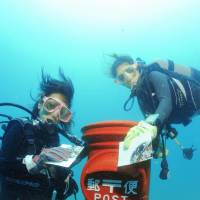 Town's undersea mailbox lures divers