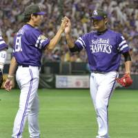 Job well done: Hawks manager Koji Akiyama congratulates pitcher Tadashi Settsu after his two-hit shutout on Saturday against the Fighters at Yafuoku Dome. Fukuoka Softbank beat Hokkaido Nippon Ham 3-0. | KYODO