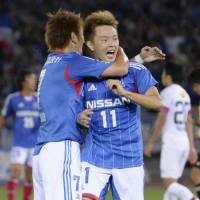 Goal rush: Yokohama F. Marinos' Manabu Saito (right) celebrates scoring in his team's 3-1 Nabisco Cup semifinal, second-leg win over Kashima Antlers on Sunday. Marinos went through to the semis 5-1 on aggregate. | KYODO