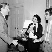 Presidential scourge: U.S. President Ronald Reagan greets UPI reporter Helen Thomas and AP correspondent Jim Gerstenzang before an interview in the Treaty Room of the White House in April 1981, at the beginning of his first term. | AP