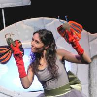 Small stage: A performer from Israel's Mediatheque Theater performs 'Butterfly Kiss,' a production aimed at infants. It will be performed at Shizuoka Convention & Arts Center Granship along with other international productions.