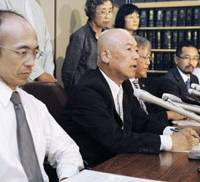 Laying down the law: Iwao Takasu (center) announces at a news conference Aug. 3 in Tokyo the creation of Saibanin Keikensha Nettowaku (Lay Judges Network) along with another former lay judge, Tsutomu Yamazaki (left). | KYODO PHOTO