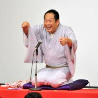 Make-believe: 'Rakugo' storyteller Kaishi Katsura performs for readers of The Japan Times on Saturday in Tokyo, while audience members act out — with Katsura's guidance — how to eat noodles like a rakugo performer. | YOSHIAKI MIURA PHOTO