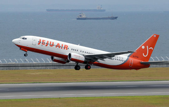 Friendly skies: A Jeju Air flight bound for Seoul takes off from Central Japan International Airport in Aichi Prefecture.   CHUNICHI SHIMBUN