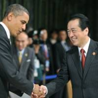 Put her there: Prime Minister Naoto Kan and U.S. President Barack Obama meet Sunday at the Asia-Pacific Economic Cooperation forum summit, which wrapped up the same day. | KYODO PHOTO