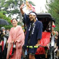 In it for the long haul: Rickshaw puller Shohei Yamada celebrates after finishing an around-the-country journey Monday in Ise, Mie Prefecture, with his fiance, Miho Nakagawa. | KYODO PHOTO