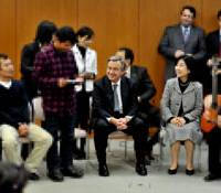 New lives: Myanmar resettlers from Thailand meet U.N. High Commissioner for Refugees Antonio Guterres and Shinjuku Mayor Hiroko Nakayama at the Shinjuku Ward Office in November. (At the request of the organizers, the images of the resettlers have been pixilated to protect their privacy.) | YOSHIAKI MIURA PHOTO