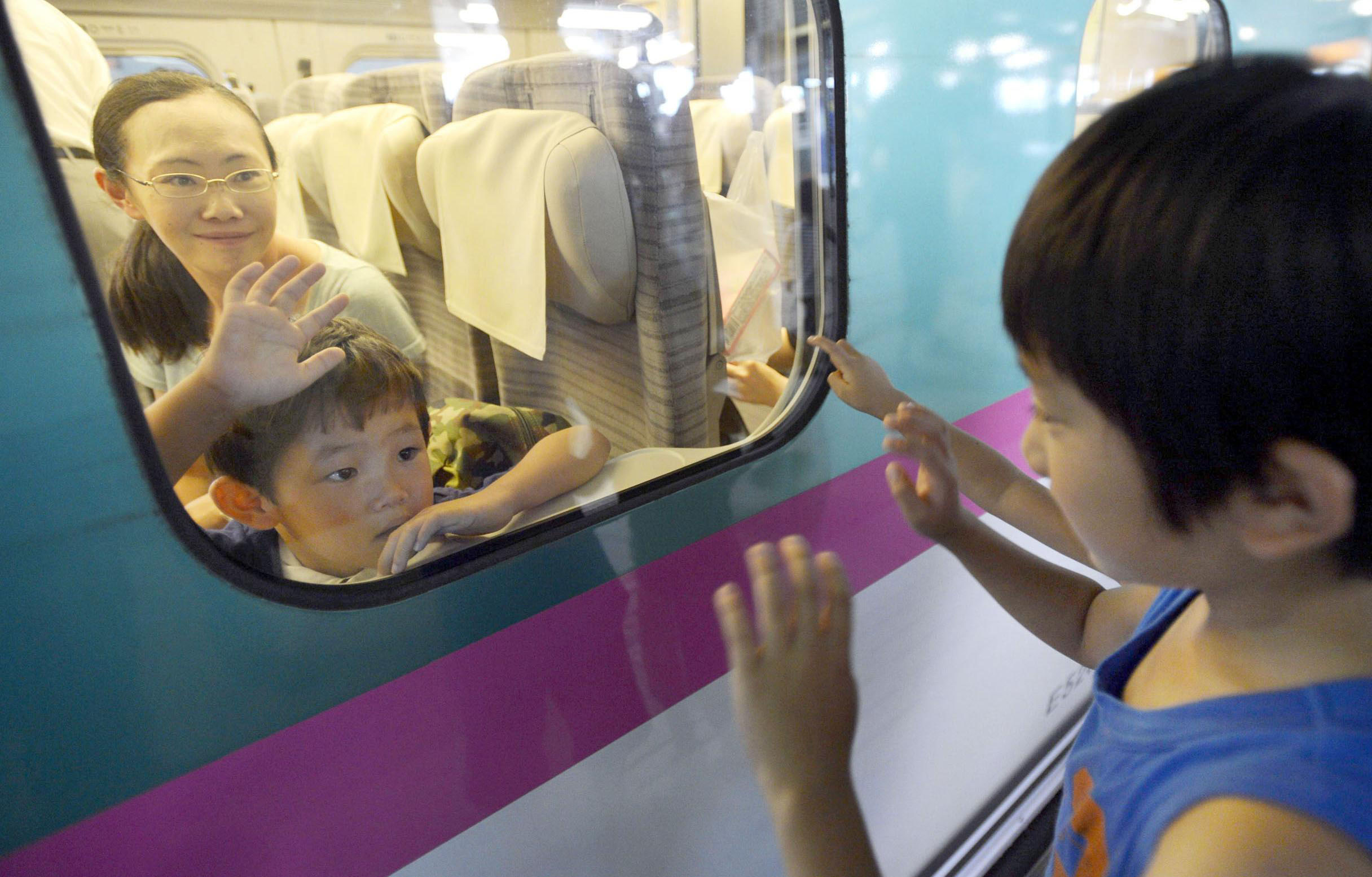 Such sweet sorrow: Two cousins who spent the Bon holidays together part at JR Sendai Station on Saturday as the rush of travelers returning home peaked.   KYODO
