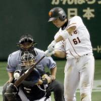 Pivotal hit: The Giants' Daisuke Nakai belts a go-ahead home run in the seventh inning against the Tigers on Saturday at Tokyo Dome. Yomiuri defeated Hanshin 4-3. | KYODO