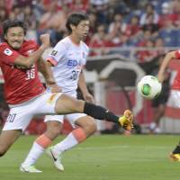 Valiant effort: Urawa Reds' Shinzo Koroki scores a second-half goal against Sanfrecce Hiroshima on Saturday at Saitama Stadium. Reds won the match 3-1. | KYODO