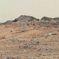 Desert Gale: This NASA photo combines seven images from the Mars rover Curiosity. A rise topped by two rocks near the center, named 'Twin Cairns Island,' is 30 meters from Curiosity. The center is toward the southwest. | AFP-JIJI