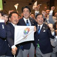 Tokyo Gov. Naoki Inose (third from left) and Prime Minister Shinzo Abe pose alongside members of the Olympic bid delegation in  Buenos Aires Saturday. | KYODO