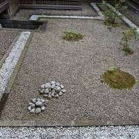 The minimalism of this dry-landscape garden contrasts with the lushness of other courtyard designs at the villa. Note the under-floor passageway used by gardeners. | STEPHEN MANSFIELD