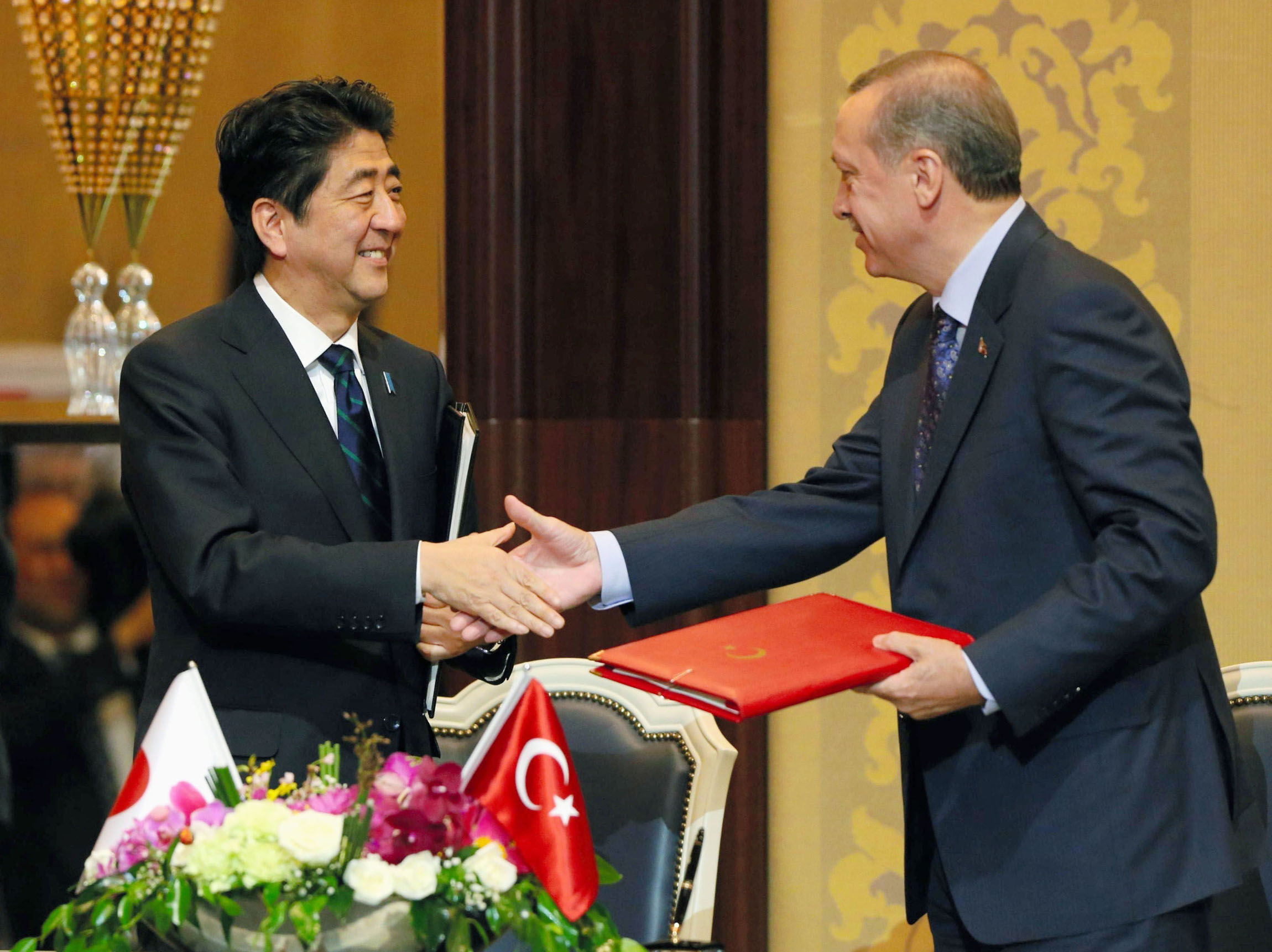 Finding a niche: Prime Minister Shinzo Abe and Turkish Prime Minister Recep Tayyip Erdogan celebrate after signing a civil nuclear cooperation pact in Ankara in May. The pact is one of the fruits of Abe's efforts to boost exports of reactors. | KYODO