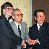 He had game: Nintendo President Hiroshi Yamauchi (center), Microsoft CEO Bill Gates and Nomura Research Institute head Shozo Hashimoto meet in Tokyo in June 1996 to discuss forming a joint venture. Yamauchi died Thursday at age 85.  | AFP-JIJI