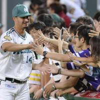 Nice to meet you: Fukuoka Softbank starting pitcher Paul Oseguera greets fans after the Hawks' 4-0 win over the Eagles on Sunday. | KYODO