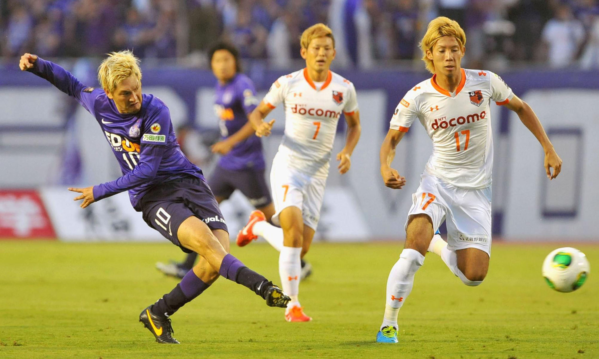 Mixed messages: Sanfrecce Hiroshima (left) would have qualified for three of the five playoff berths had the new J. League format set to begin in 2015 been in place last season. | KYODO