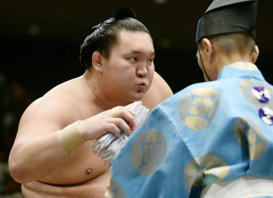 Hakuho too much for Chiyotairyu to handle