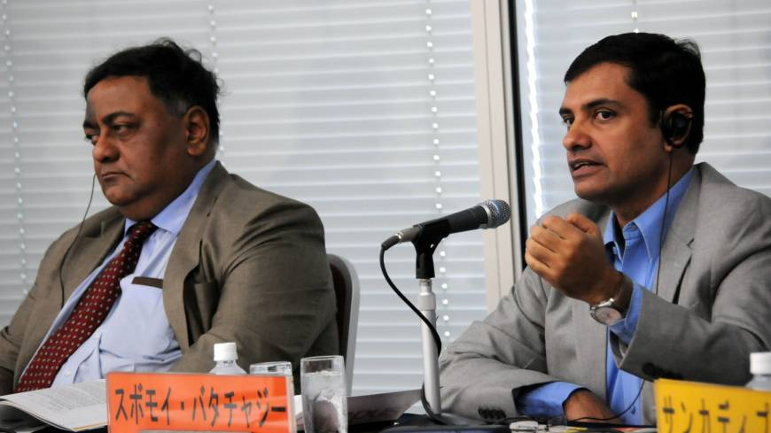 Subhomoy Bhattacharjee (right) of the Indian Express daily discusses the Indian economy during a Sept. 20 symposium in Tokyo, as Kaushik Mitter of Asian Age listens. | SATOKO KAWASAKI