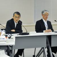 Atomic scrutiny: Shunichi Tanaka (center), head of the Nuclear Regulation Authority, discusses the NRA's safety inspections of idled reactors at Tokyo Electric Power Co.'s Kashiwazaki-Kariwa nuclear plant in Niigata Prefecture during a meeting Wednesday in Tokyo. | KYODO